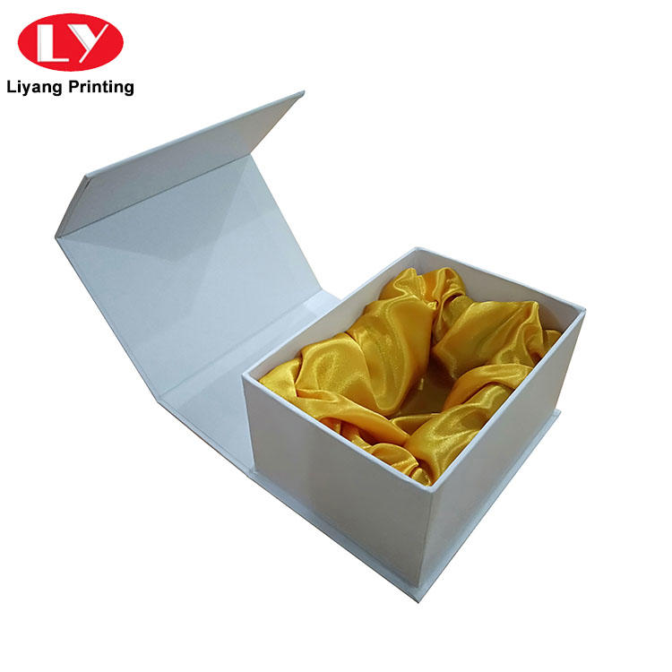 Custom High Quality Magnetic Closure White Cardboard Gift Packaging Boxes with Satin Insert